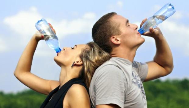 215338_ilustrasi-minum-air-putih-dari-botol_663_382